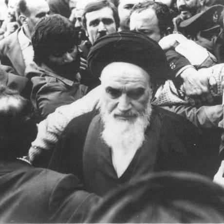 De volta. O aiatolá Khomeini, após 14 anos de exílio, retorna ao Irã Foto: AP/1979