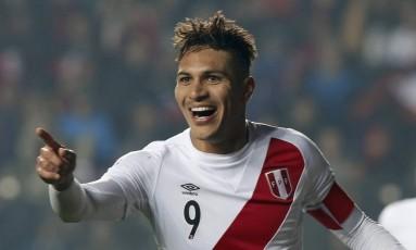 Paolo Guerrero comemora seu gol na vitória do Peru sobre o Paraguai Foto: ANDRES STAPFF / REUTERS