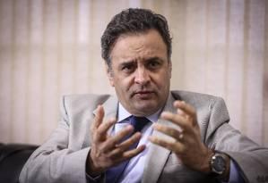 O presidente do PSDB, Aécio Neves, em seu gabinete no Senado Foto: André Coelho/ O Globo