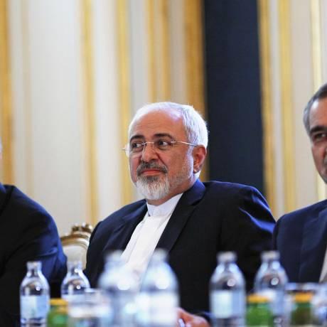 Ministro das Relações Exteriores do Irã, Mohammad Javad Zarif (centro), chefe da Organização de Energia Atômica do Irã, Ali Akbar Salehi (esq.) e Hossein Fereydoon (dir.), irmão e assessor próximo ao presidente Hassan Rouhani, participam de reunião com o secretário de Estado americano, John kerry, em Viena Foto: CARLOS BARRIA / AFP