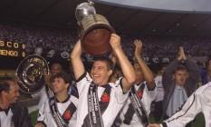 Campeão. Luizão ergue a Taça Libertadores da América, no Maracanã Foto: Marcelo Theobald 30/08/1998 / Agência O Globo