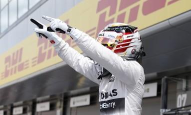 Hamilton aponta para os torcedores após cravar a pole em Silverstone Foto: Reuters / Andrew Yates