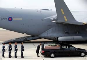 Corpos de britânicos mortos em ataque a hotel na Tunísia são levados para o Reino Unido em avião da Força Aérea Real (RAF) Foto: DARREN STAPLES / AFP
