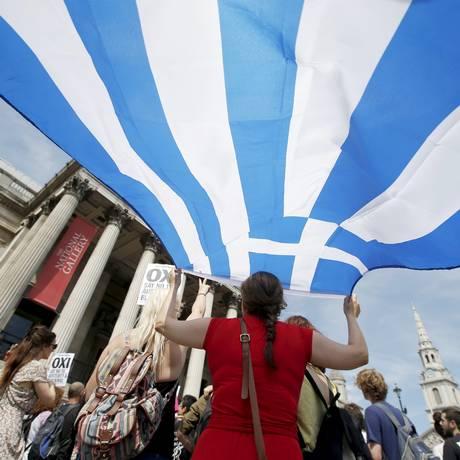 Bandeira da Grécia durante festival de solidariedade em Trafalgar Square, em Londres Foto: PETER NICHOLLS / REUTERS