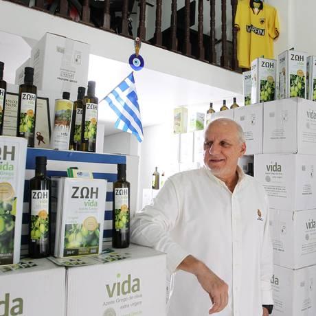 Spyros Patseas, dono do Empório Grego no Bom Retiro: dificuldades para importar azeite Foto: Michel Filho / O Globo