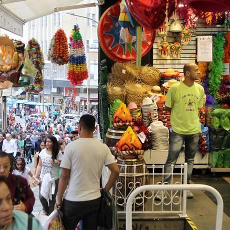 Só uma olhadinha: loja na Rua 25 de março vazia Foto: Michel Filho / Agência O Globo