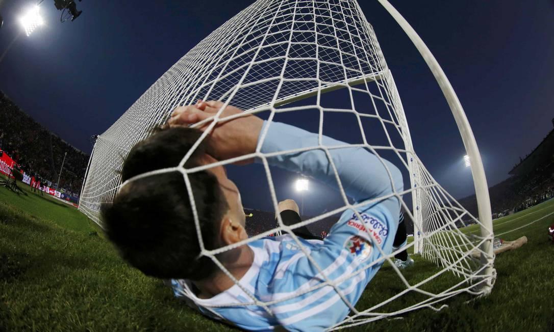 A bola não entrou, a Argentina perdeu para o Chile e foi Messi que parou na rede em Santiago. A seleção vice-campeã da Copa do Mundo no Brasil, em 2014, ficou em 2º lugar também na Copa América de 2015 IVAN ALVARADO / REUTERS