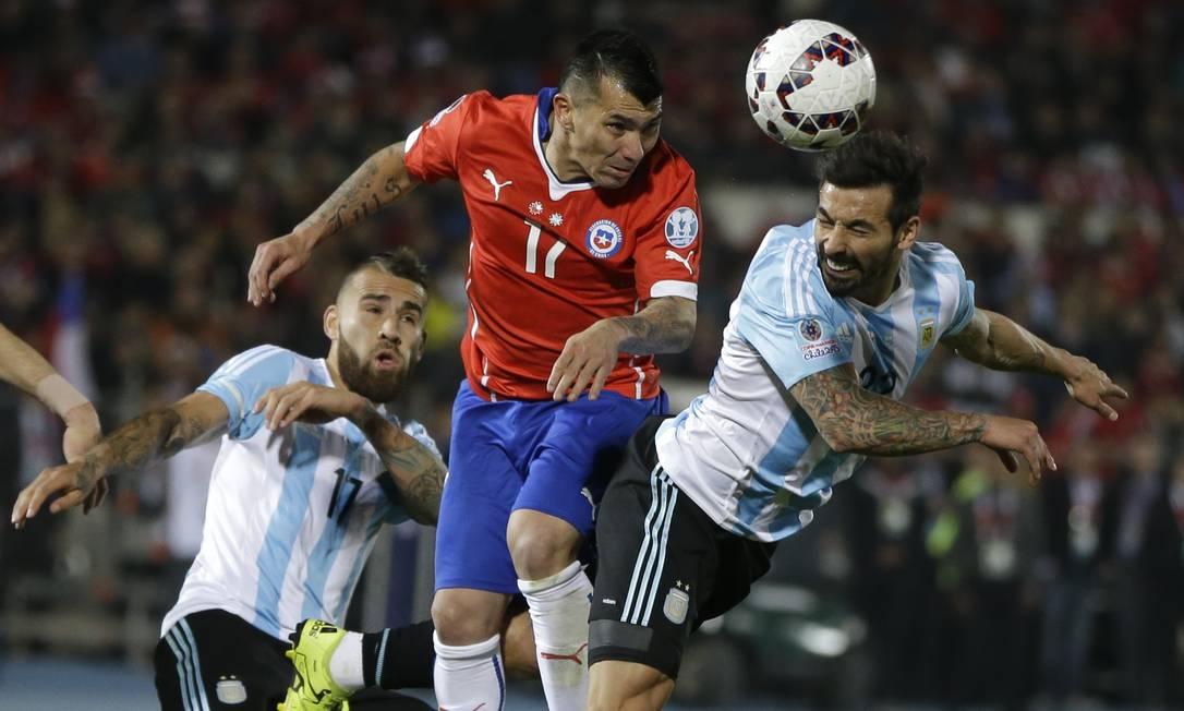 Lavezzi sobre de cabeça e disputa o lance com Medel (16): jogo duro entre Argentina e Chile na final da Copa América Ricardo Mazalan / AP