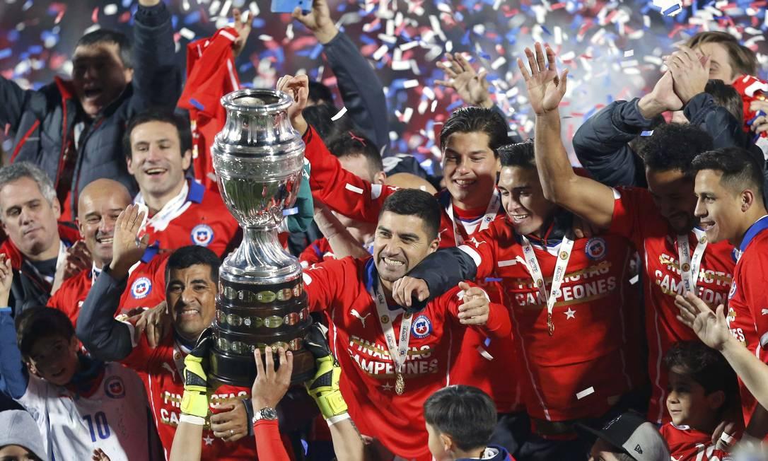 Jogadores da seleção do Chile festejam com o troféu o primeiro título da Copa América conquistado pelo país HENRY ROMERO / REUTERS