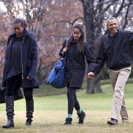Michelle, Malia e Obama no jardim da Casa Branca: filha mais velha será a primeira a definir futuro, com escolha de universidade Foto: DOUG MILLS / NYT/4-1-2015