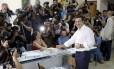 O primeiro-ministro grego, Alexis Tsipras, vota no referendo sobre o acordo com credores