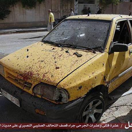 Foto divulgada por site do Estado Islâmico mostra carro que teria sido destruído por ataque aéreo de coalizão liderada pelos EUA em Raqqa Foto: Uncredited / AP