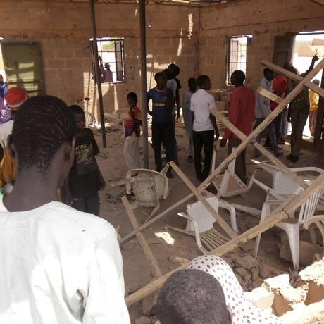 Grupo de pessoas se reúne dentro de igreja alvo de ataque na cidade de Potiskum Foto: Adamu Adamu Damaturu / AP