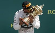 Hamilton beija o troféu após a sua vitória em Silverstone, a terceira dele na carreira no tradicional circuito inglês Foto: Phil Noble / REUTERS
