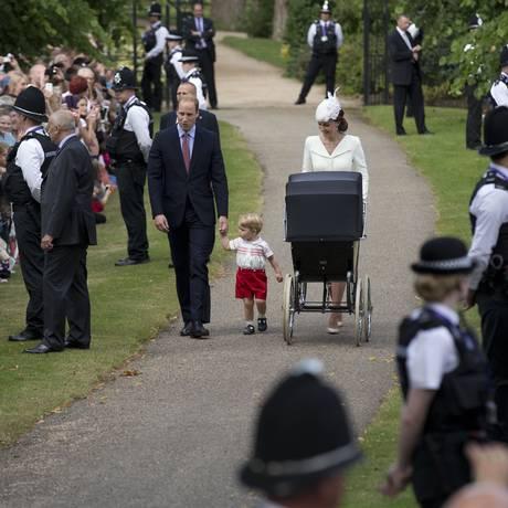 William, Kate, príncipe George e a princesa Charlotte chegam para o batizado Foto: Matt Dunham / AP