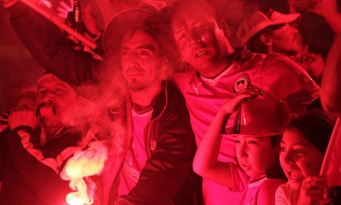 A cor vermelha predominou nas roupas e nos sinalizadores: em Iquique, a cidade parou para festejar o título do Chile na Copa América Juarez Becoza / Agência O Globo