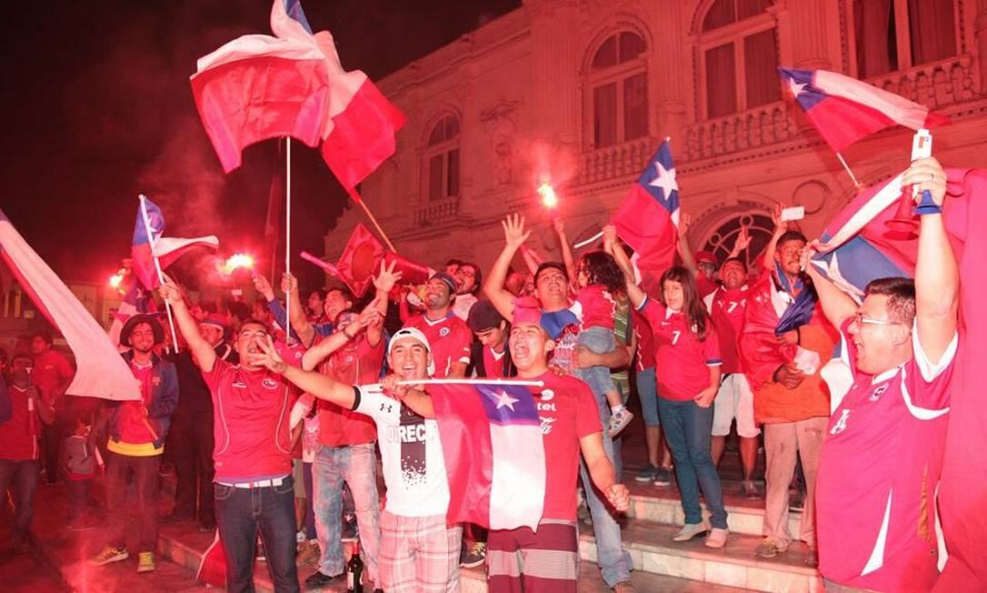 Os chilenos de Iquique, no norte do país, foram às ruas logo após a seleção garantir o título da Copa América, no Estádio Nacional de Santiago Juarez Becoza / Agência O Globo