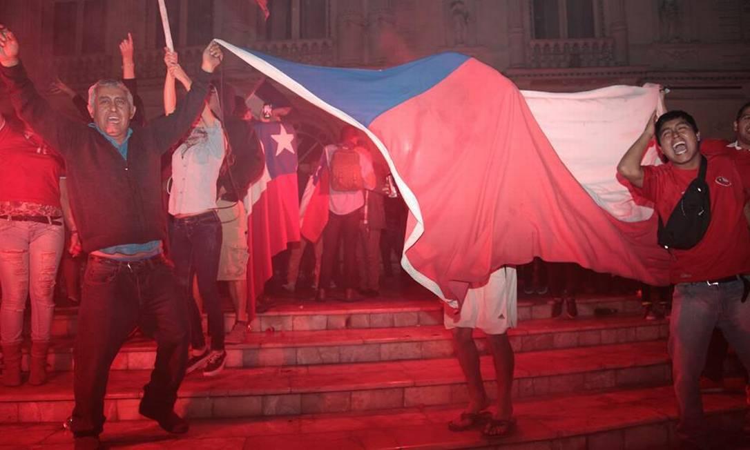 O bandeirão chileno é agitado na praça de Iquique, cidade que é destino tutístico no norte do país e tem cerca de 170 mil habitantes Juarez Becoza / Agência O Globo