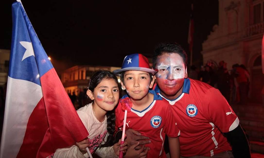Famílias se reuniram nas ruas de Iquique para festejar o título da Copa América pelo Chile Juarez Becoza / Agência O Globo