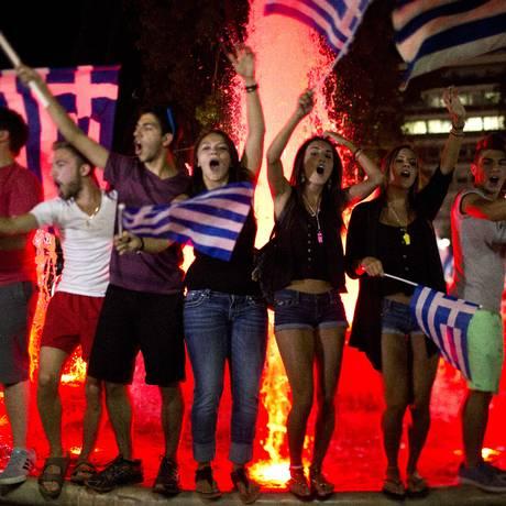 Gregos comemoram vitória do 'não' no referendo na Praça Syntagma Foto: Emilio Morenatti / AP