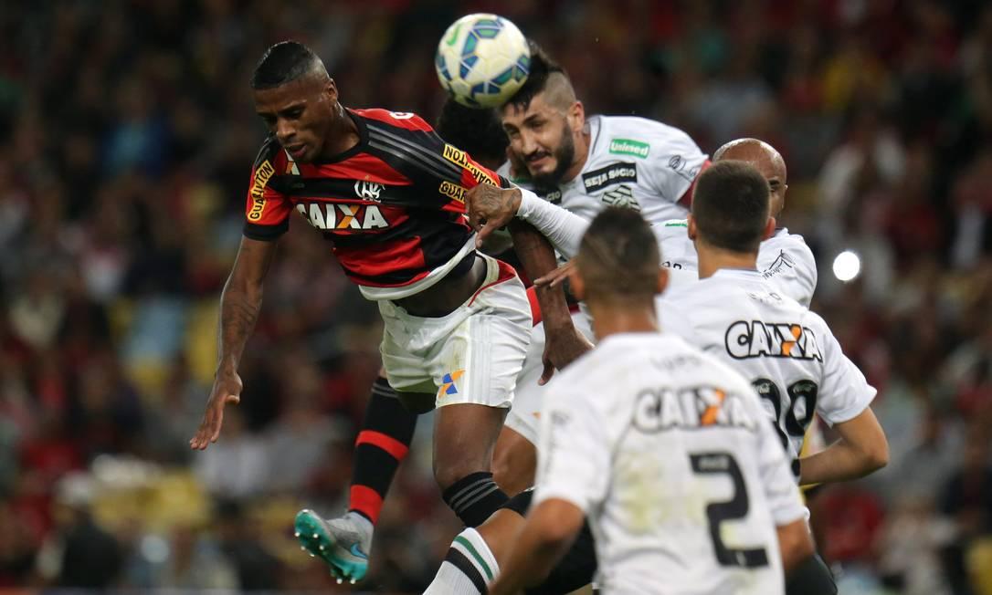 O lateral-esquerdo Jorge disputa a bola no alto pelo Flamengo, e encara dois jogadores do Figueirense, observados por outros dois Rafael Moraes / Agência O Globo