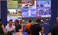 Gregos acompanham, diante de uma tela gigante, a divulgação dos resultados da apuração do referendo deste domingo, 5 de julho, em Atenas