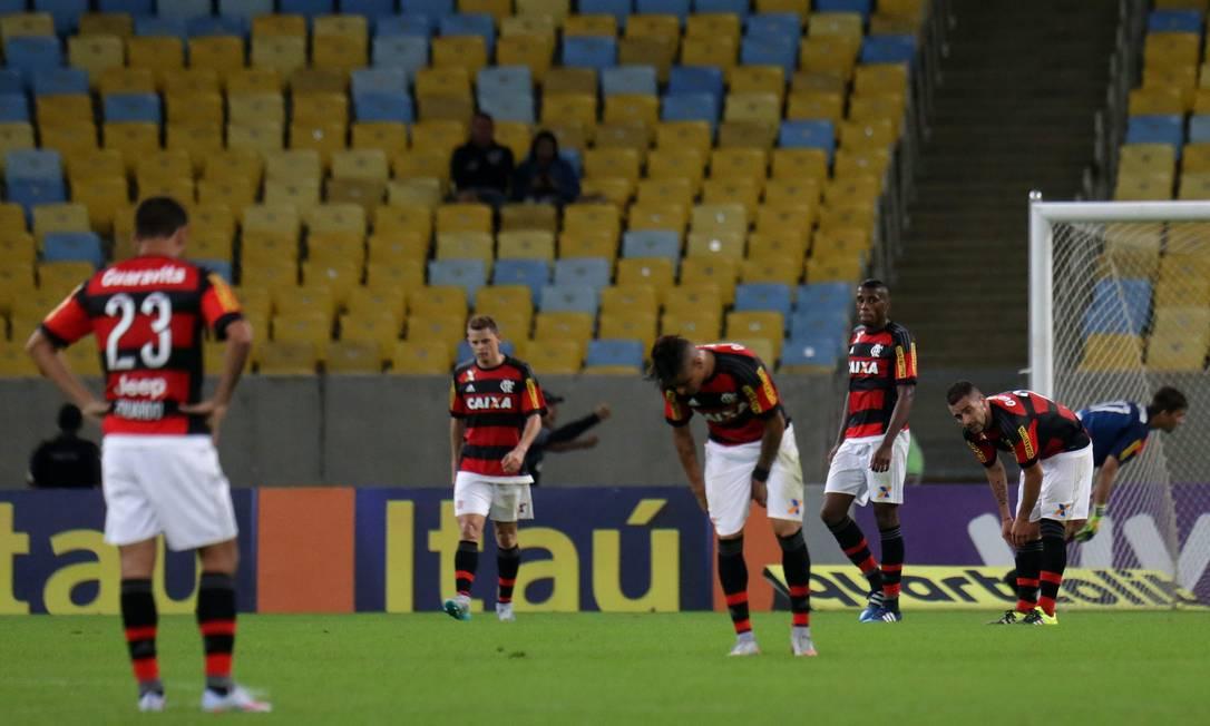 Jogadores do Flamengo ficam desolados logo após o 2º gol do Figueirense na derrota rubro-negra no Maracanã Rafael Moraes / Agência O Globo