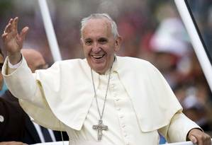 Papa acena para multidão ao sair do aeroporto: primeiro discurso enfatizou preocupação com a defesa dos pobres e do meio ambiente Foto: LUIS ROBAYO/AFP