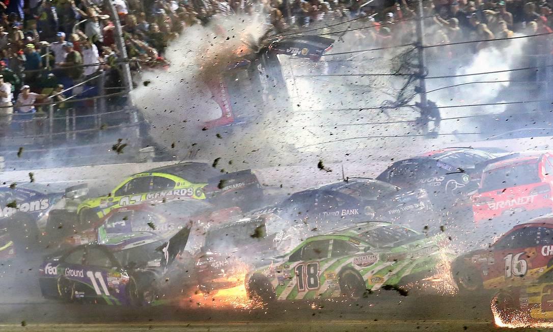Um acidente impressionante marcou a corrida da Nascar na noite deste domingo, no autódromo de Daytona Stephen M. Dowel / AP