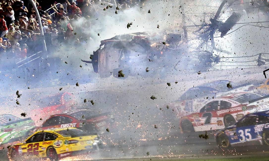O carro de Austin Dillon bateu e voou para cima do alambrado do autódromo Stephen M. Dowel / AP