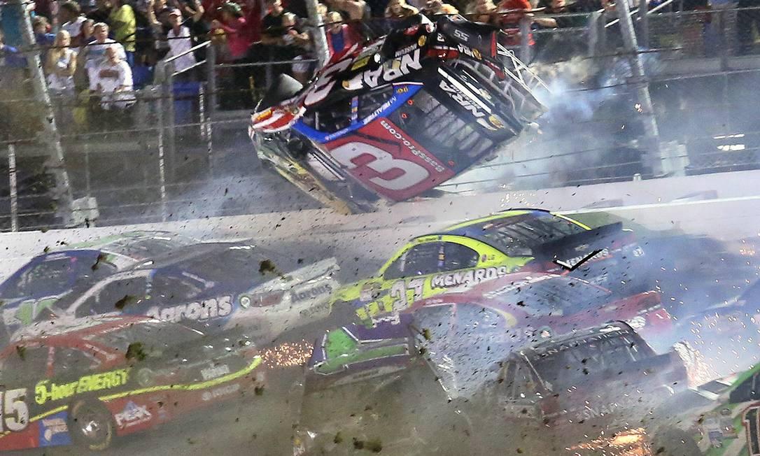 O carro de Austin Dillon no momento em que levantou voo na pista de Daytona Stephen M. Dowel / AP