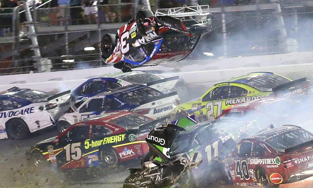 No momento do acidente, outros carros começaram a se chocar na pista Stephen M. Dowel / AP