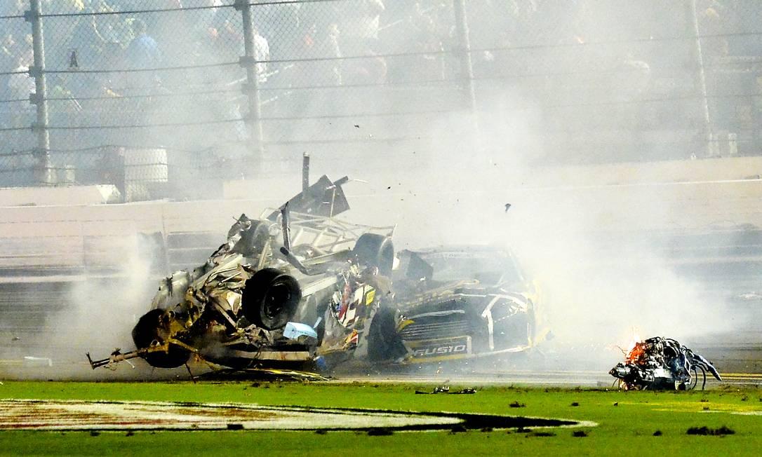 O carro de Brad Keselowski também bateu no de Austin Dillon Rob Sweeten / AP