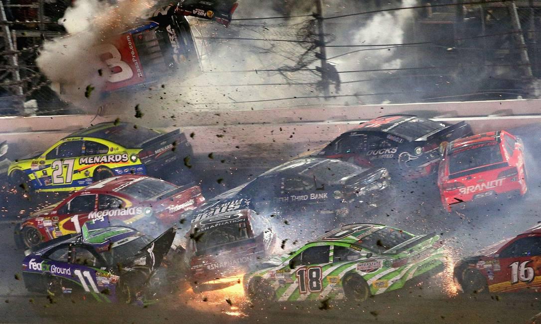 O carro de Austin Dillon passa pelo alambrado do autódromo Patrick Smith / AFP