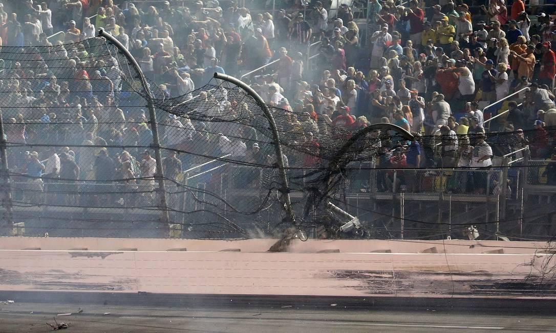 O alambrado do circuito ficou todo destruído, mas ajudou a evitar o pior durante o acidente Chris Graythen / AFP
