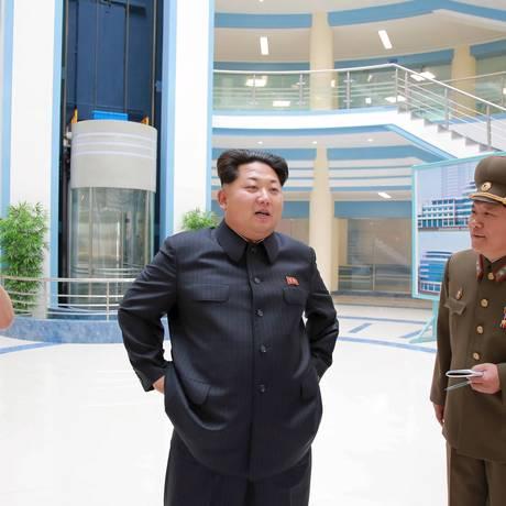 Líder norte-coreano Kim Jong Un é visto durante uma visita a um edifício recém-construído do Instituto de Automação da Universidade de Tecnologia Kim Chaek, em Pyongyang Foto: KCNA / REUTERS
