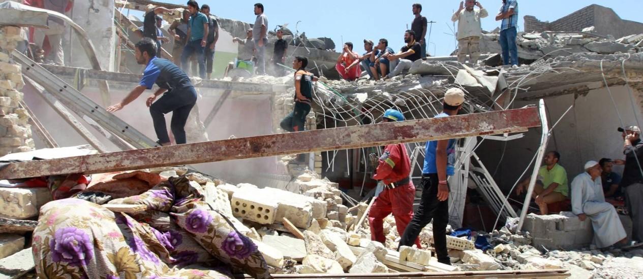 Equipe de emergência iraquiana inspeciona danos provocados por bombardeio aéreo na capital Bagdá Foto: SABAH ARAR / AFP