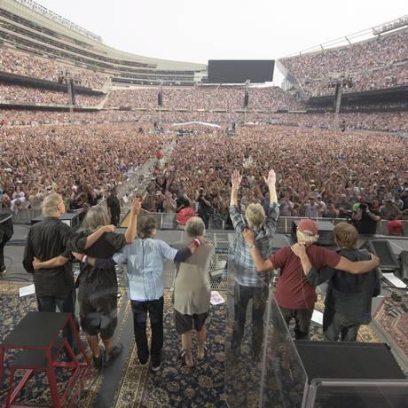 Membros do Grateful Dead cumprimentam o público antes de seu último show, em Chicago Foto: HANDOUT / REUTERS