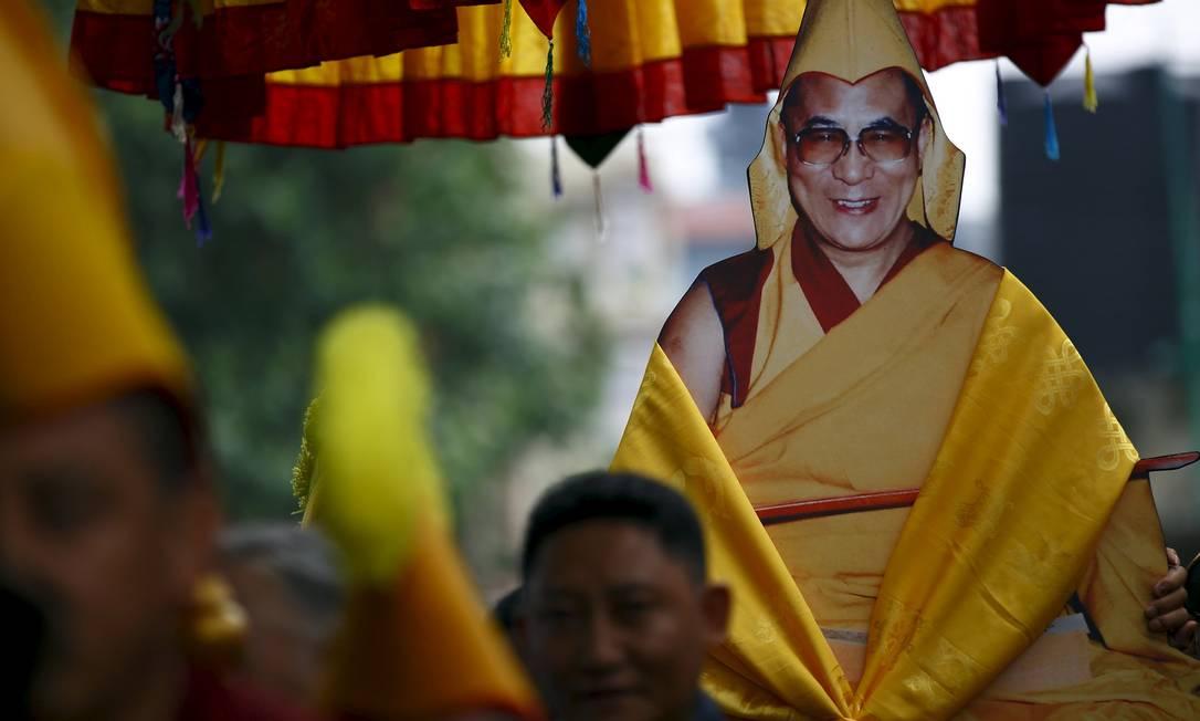 Monges tibetanos carregam o retrato do Dalai Lama, nascido em um ambiente rural do Tibete e identificado como a 14ª reencarnação do líder espiritual dos budistas quando tinha apenas 2 anos NAVESH CHITRAKAR / REUTERS