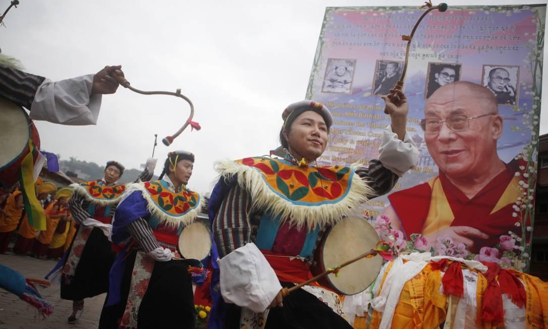 A celebração também teve canto e dança em Katmandu, no Nepal Niranjan Shrestha / AP