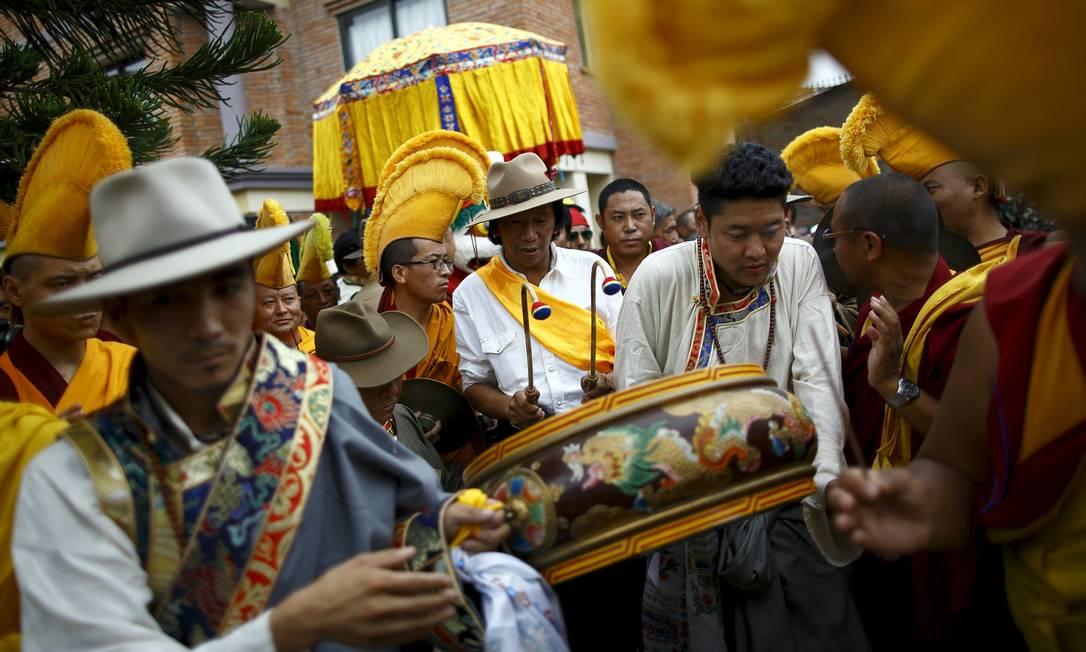 Tibetanos com adornos tradicionais fazem parada em comemoração ao Dalai Lama, na Índia NAVESH CHITRAKAR / REUTERS