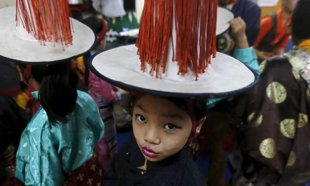Criança tibetana nos bastidores da celebração pelos 80 anos do Dalai Lama em Majnu Ka Tila, um campo de refugiados tibetanos em Nova Délhi, na Índia ADNAN ABIDI / REUTERS