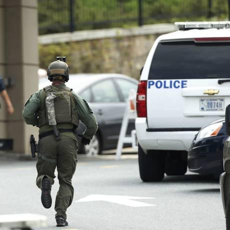 Policial corre para a base médica de Walter Reed após relato de tiro Foto: KEVIN LAMARQUE / REUTERS