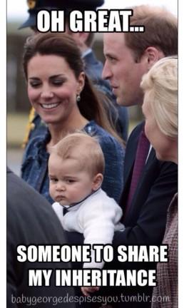 Com cara de nada satisfeito, príncipe George é fotografado com Kate e William Foto: Reprodução internet