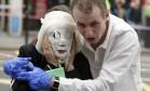 Terror. Uma pessoa ferida é retirada de uma estação de metrô em Londres depois de uma das explosões na manhã do dia 7 de julho Foto: Jane Mingay 07/07/2005 / AP