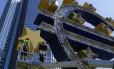 Funcionários do BCE desmontam o símbolo do euro em Frankfurt