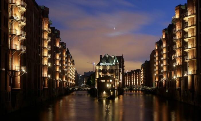 O distrito de Speicherstadt, em Hamburgo, iluminado durante a noite. Foto: AXEL HEIMKEN / AFP