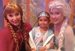 A pequena Samara, vestida de princesa, conheceu suas ídolas Anna e Elsa Foto: REPRODUÇÃO/FACEBOOK