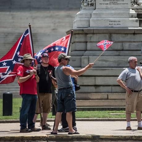 Apesar de forte apelo bipartidário, retirada da bandeira confederada é criticada por simpatizantes do símbolo Foto: Sean Rayford / AFP