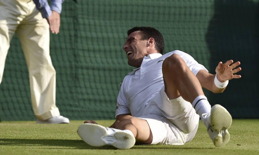 O espanhol Roberto Bautista-Agut torceu o tornozelo e foi derrotado... TOBY MELVILLE / REUTERS